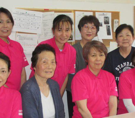ピンクのユニフォームが目印の事業所です