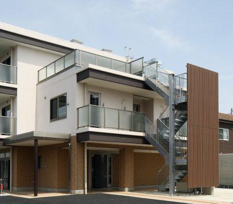 屋上に太陽光発電システムを設置した、環境にやさしい建物です。